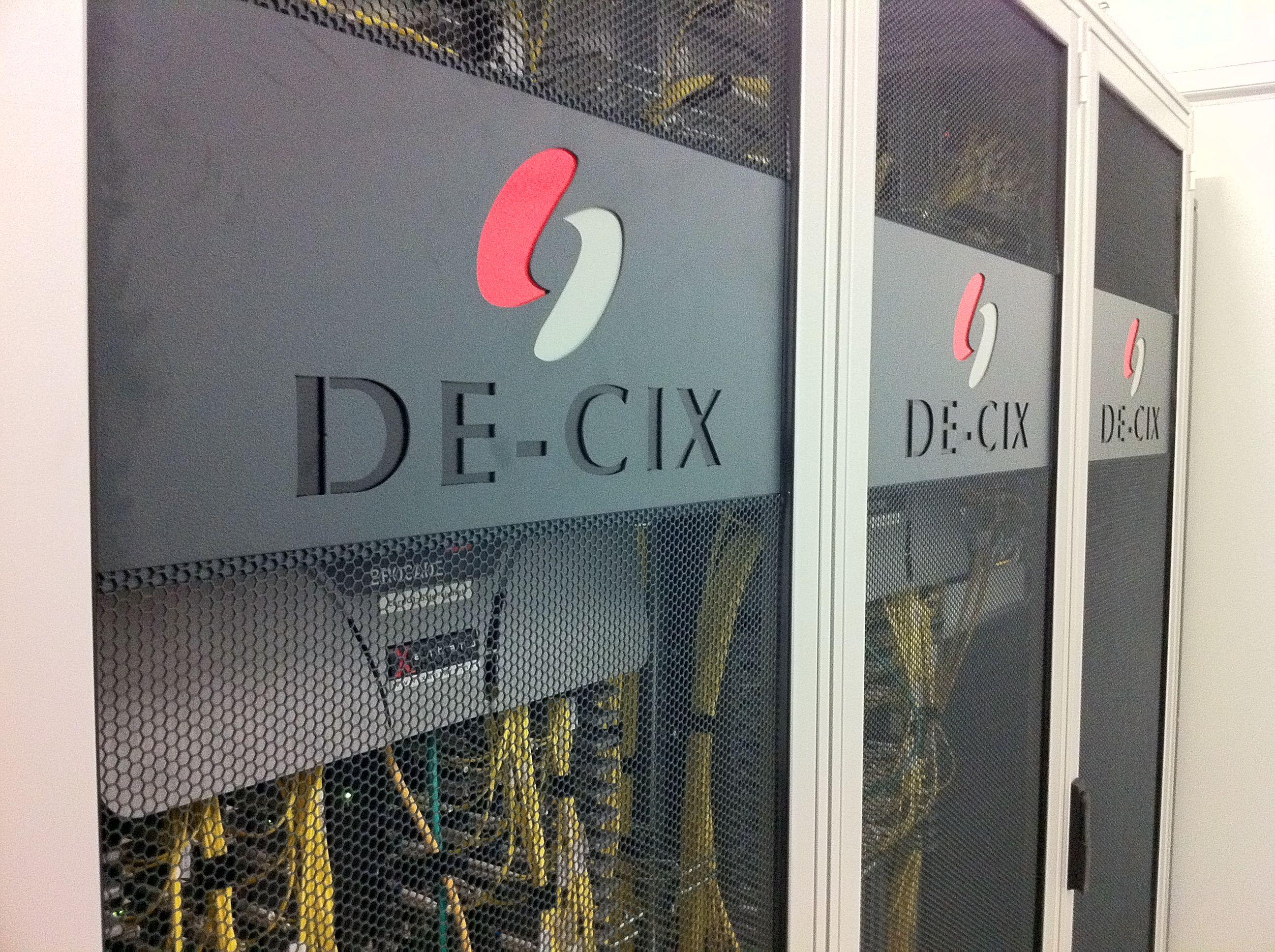 DE-CIX_GERMANY_-_Switch_Rack_(6218137120)